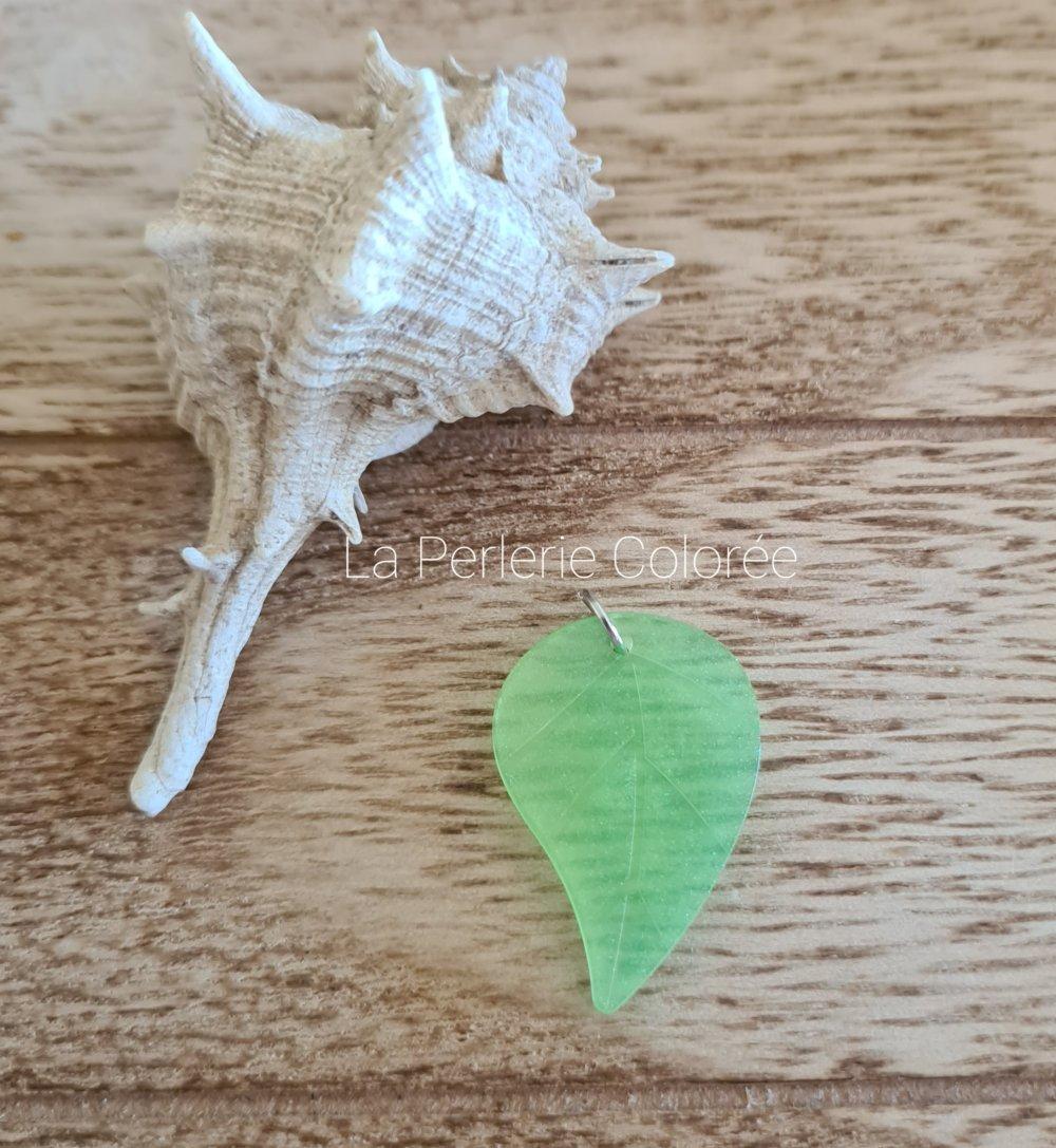 Pendentif artisanal en résine, fait main, pendentif feuille couleur vert clair