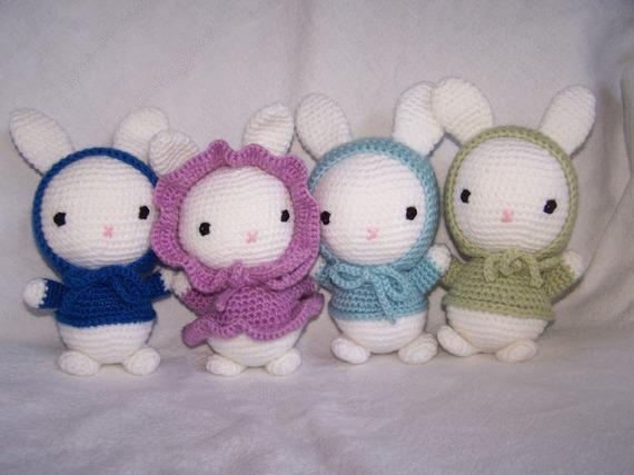 Doudou lapin, pull et capuche bleus