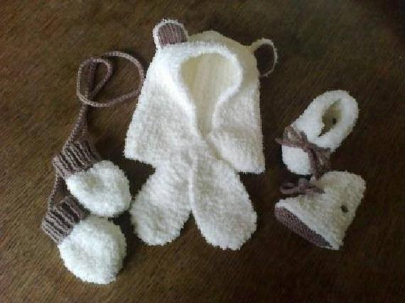 bonnet-écharpe, chaussons et moufles