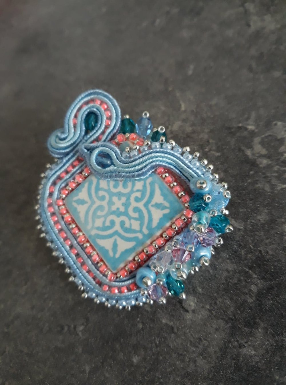 Broche azulejo en soutache, céramique et broderie de perles