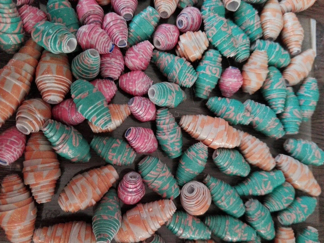 Lot x 20 de perles en papier motif rose, 1.5 cm