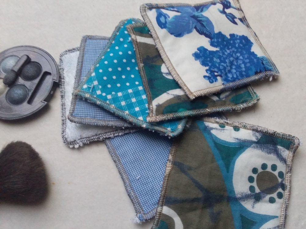 Lingettes démaquillantes bleue et blanches