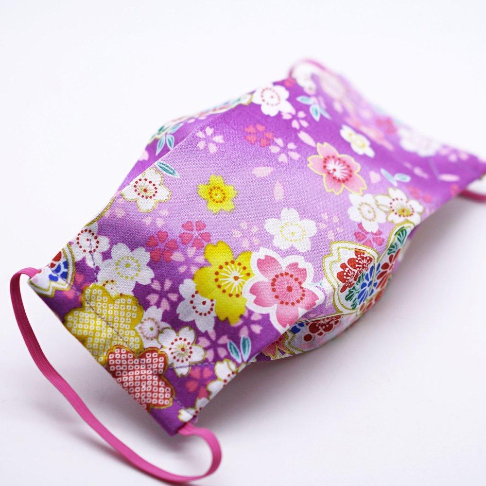 Masque de protection en tissu japonais fleurs sur fond rose et mauve