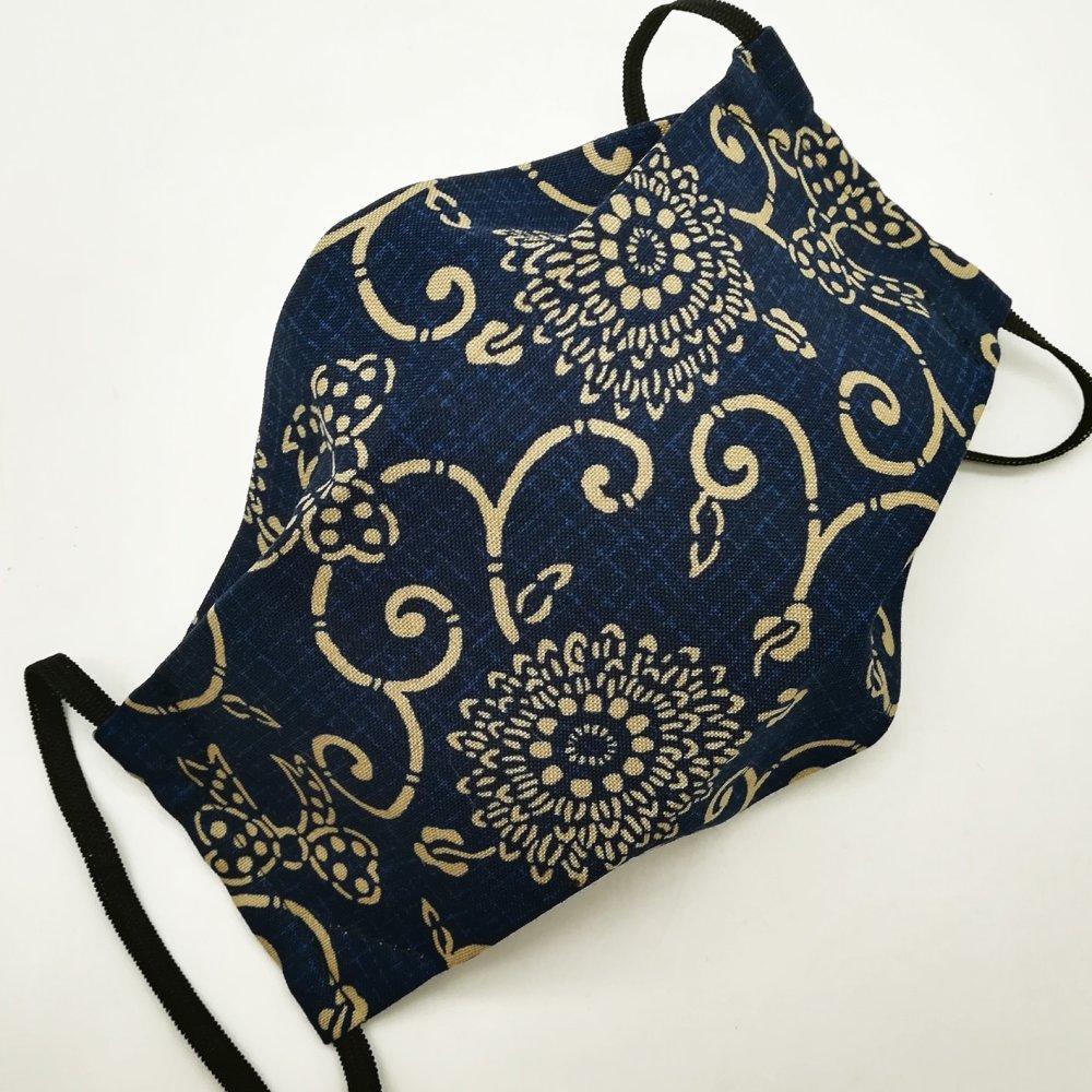 Masque de protection en tissu japonais arabesques et noeuds sur fond bleu marine
