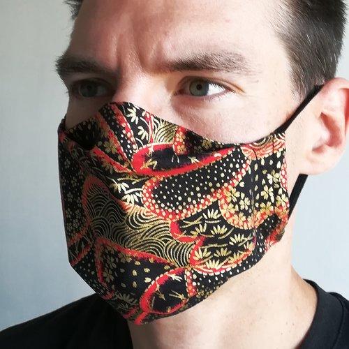 Masque de protection en tissu japonais fleurs de cerisiers et motifs komon or sur fond noir et rouge