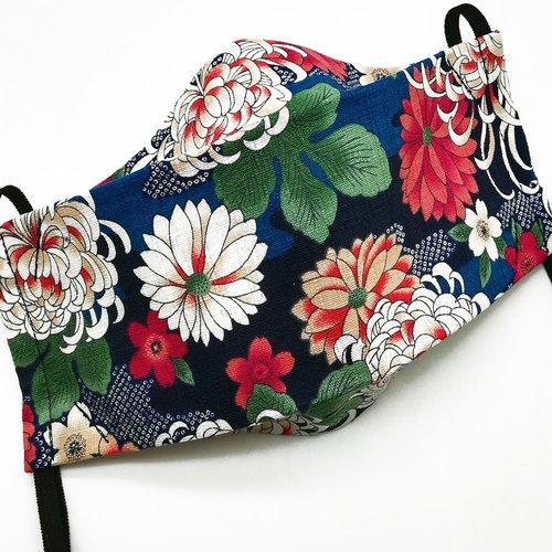Masque de protection en tissu japonais chrysanthèmes et fleurs de cerisiers sur fond bleu royal