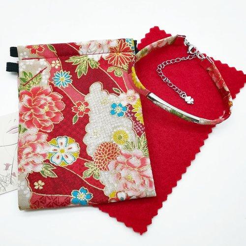 Ensemble bracelet et masque de protection en coton japonais fleurs roses et or sur fond rouge