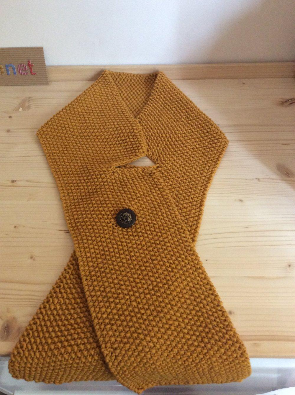 Belle écharpe croisée , originale , asymétrique fermée par un joli bouton