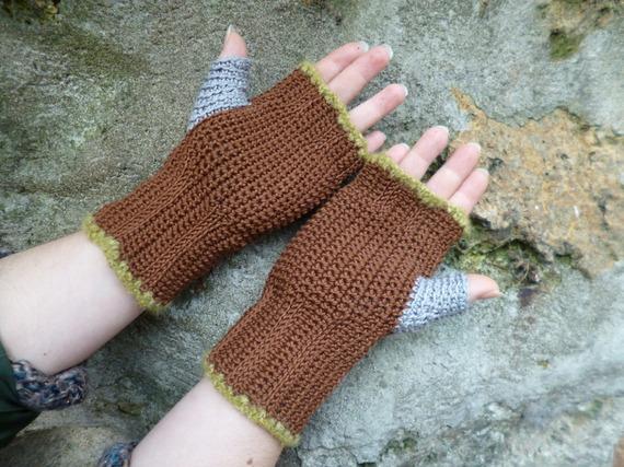 ** Spéciales grandes mains** Mitaines crochet couleur chocolat et gris, boutons bois
