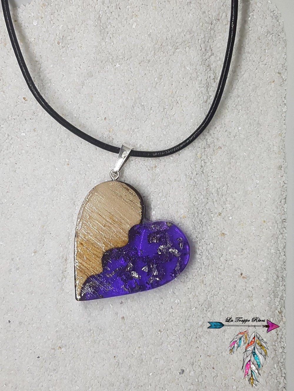 Collier en bois et résine violet et copeaux d'argent
