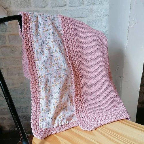 Couverture bébé en tricot - modèle fleurs d'été et vieux rose / sur commande