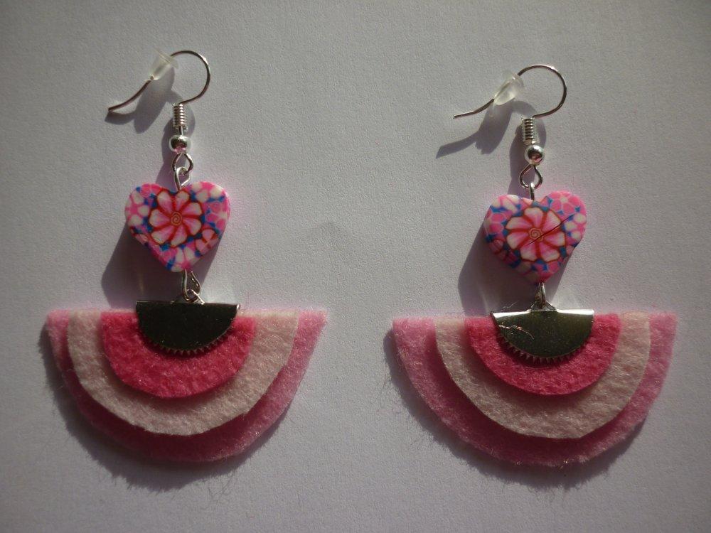 Boucles d'oreilles demi-lune rose et perles coeur.
