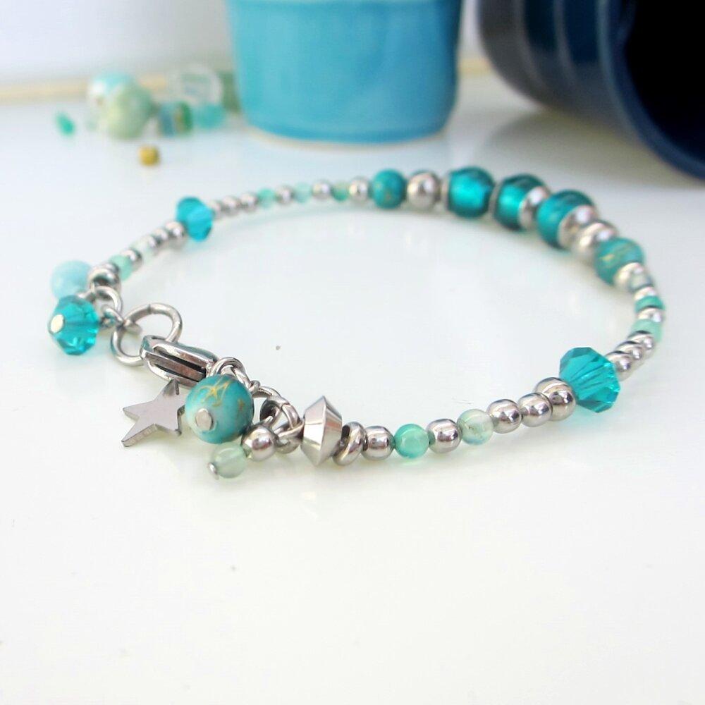 Bracelet turquoise et argent, bracelet de perles,  fil cablé, idée cadeau femme, bracelet solide, verre de bohème, pendentifs