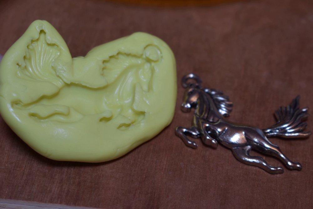 moule silicone cabochon pendentif cheval  resine epoxy , fimo,plâtre,chocolat