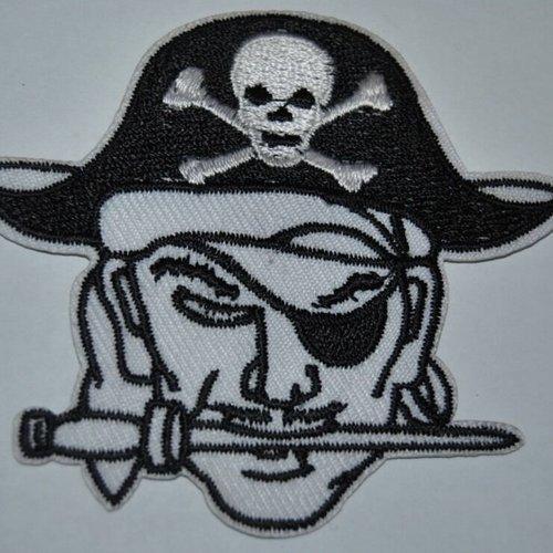 Patch tete de mort pirate écusson brodé thermocollant coutures