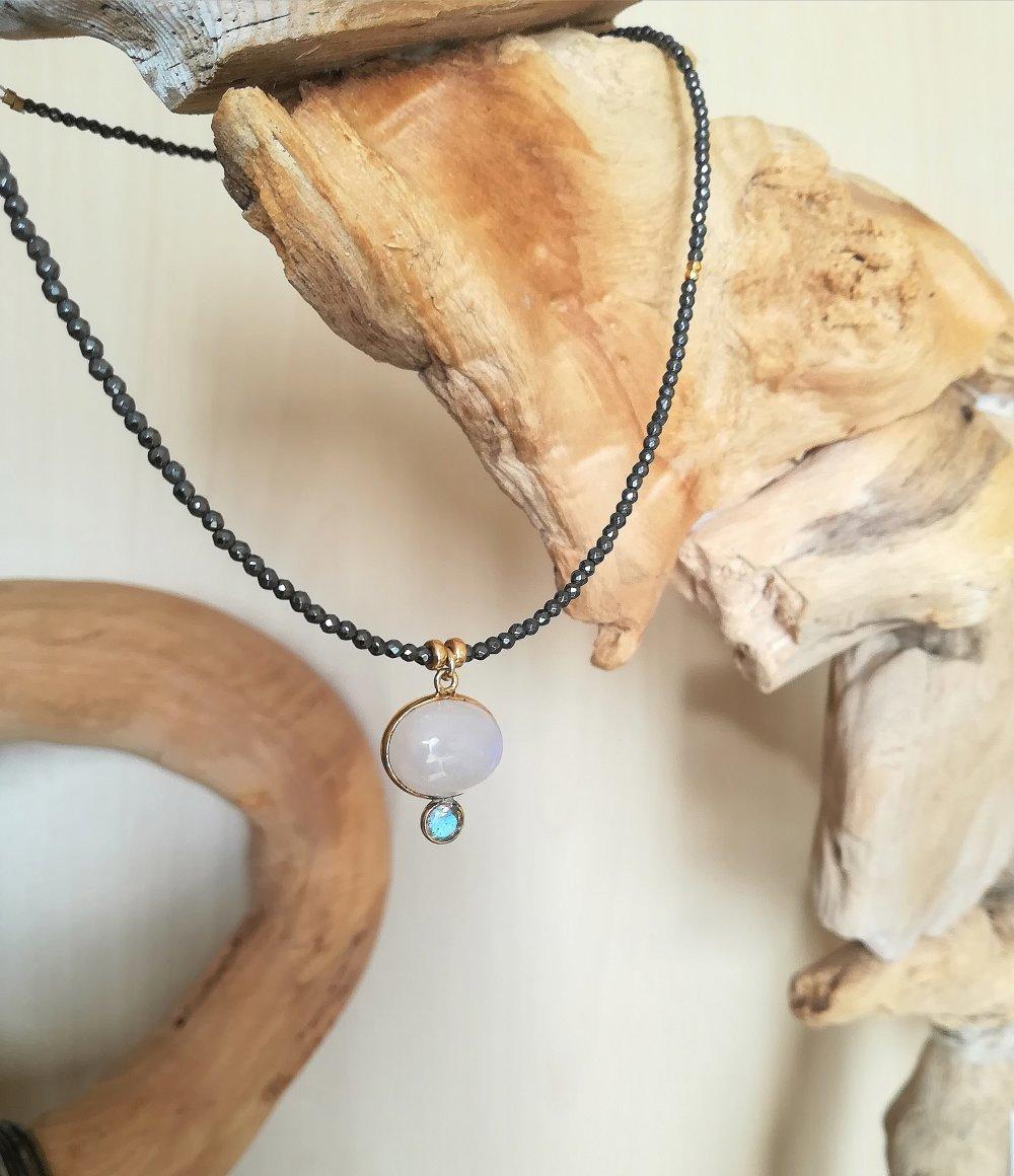 Collier plaqué or ras de cou, hématite, pierre de lune et labradorite