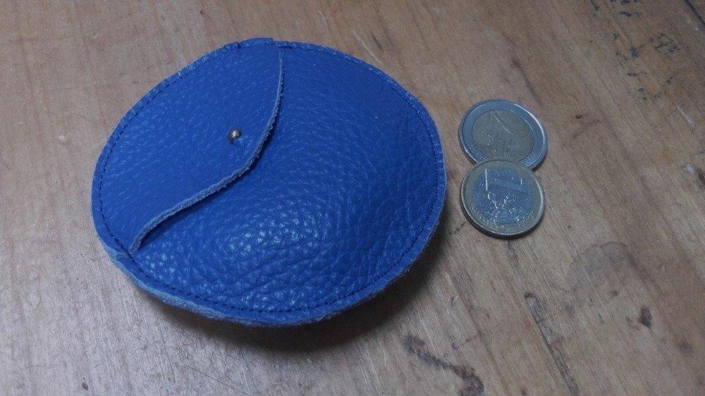 Porte monnaie cuir rond bleu pervenche, pochette écouteur, maroquinerie originale.