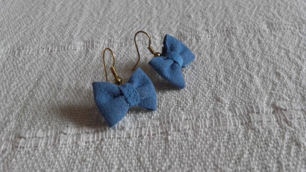 Boucles d'oreilles noeuds papillon en cuir bleu pervenche, cadeau adolescente, bijou réveillon.
