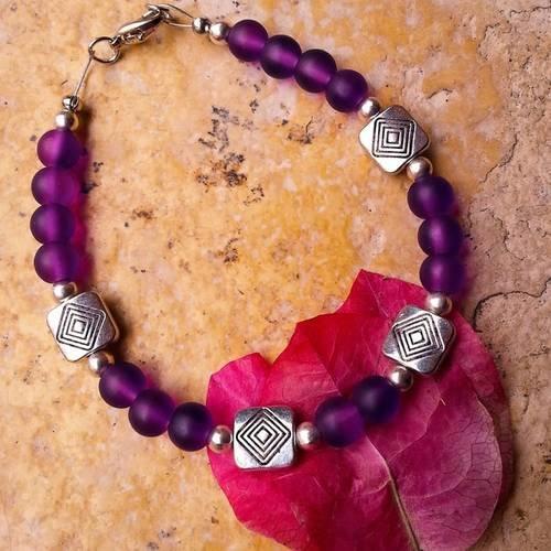 Bracelet, perles en verre dépoli violettes, perles métal argenté