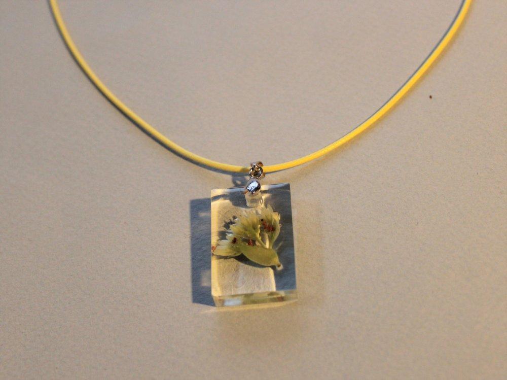 Pendentif résine vraie fleur cordon jaune