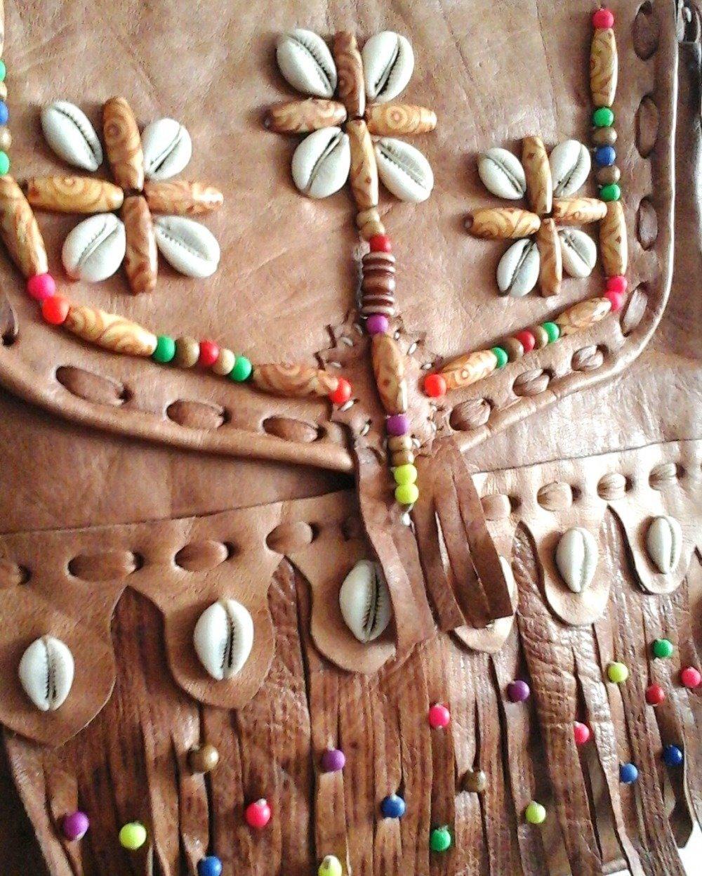 "Sac ""Haya"" en cuir caramel vanillé, perles et coquillages"
