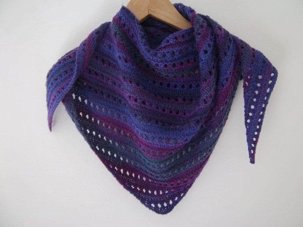 """long châle/chèche """"Happy"""", tricoté main point fantaisie, degradé de couleurs mauve/violet/bleu"""