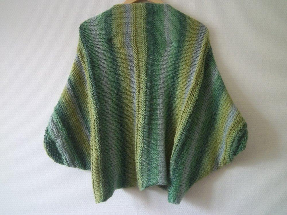 Boléro, chauffe-épaule, tricoté main dans une laine degradé de vert, avec divers points