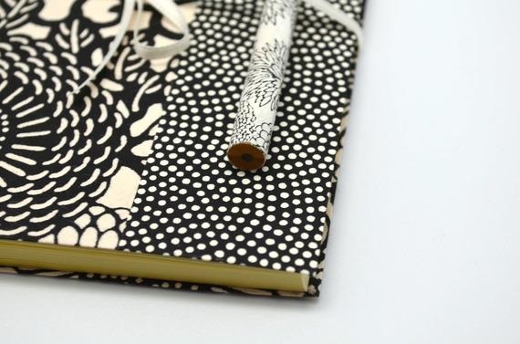 Carnet souple en papier japonais katazome, modèle blanc et noir