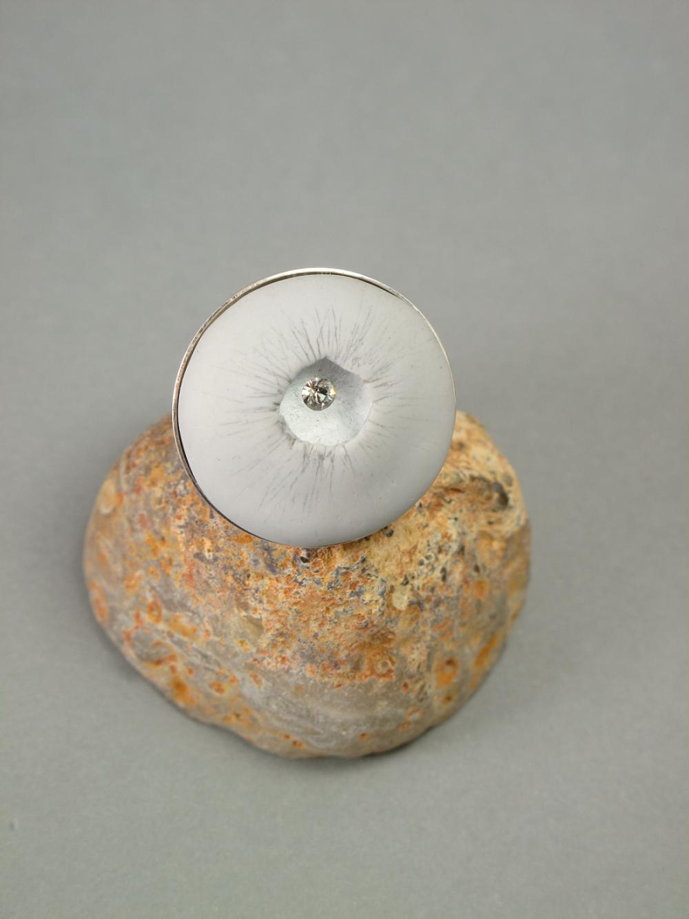 Grande bague réglable contemporaine gris clair strass pâte polymère fimo moderne imposante plateau 25mm