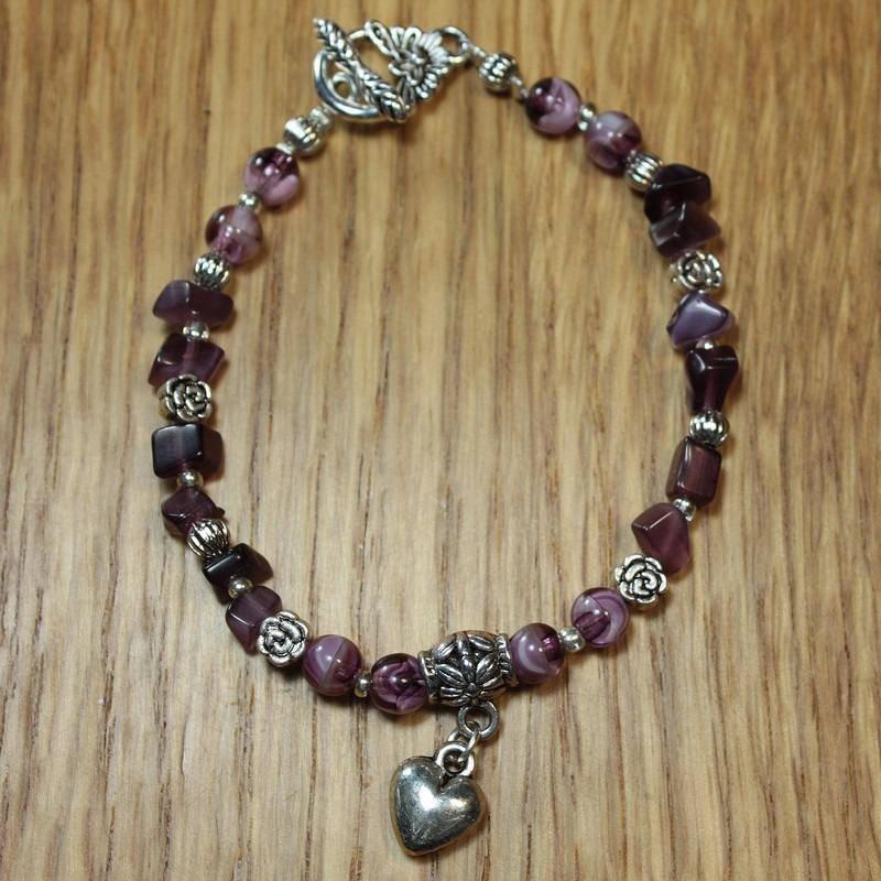Bracelet en améthyste, perles intercalaires en forme de coeur et fermoir toggle