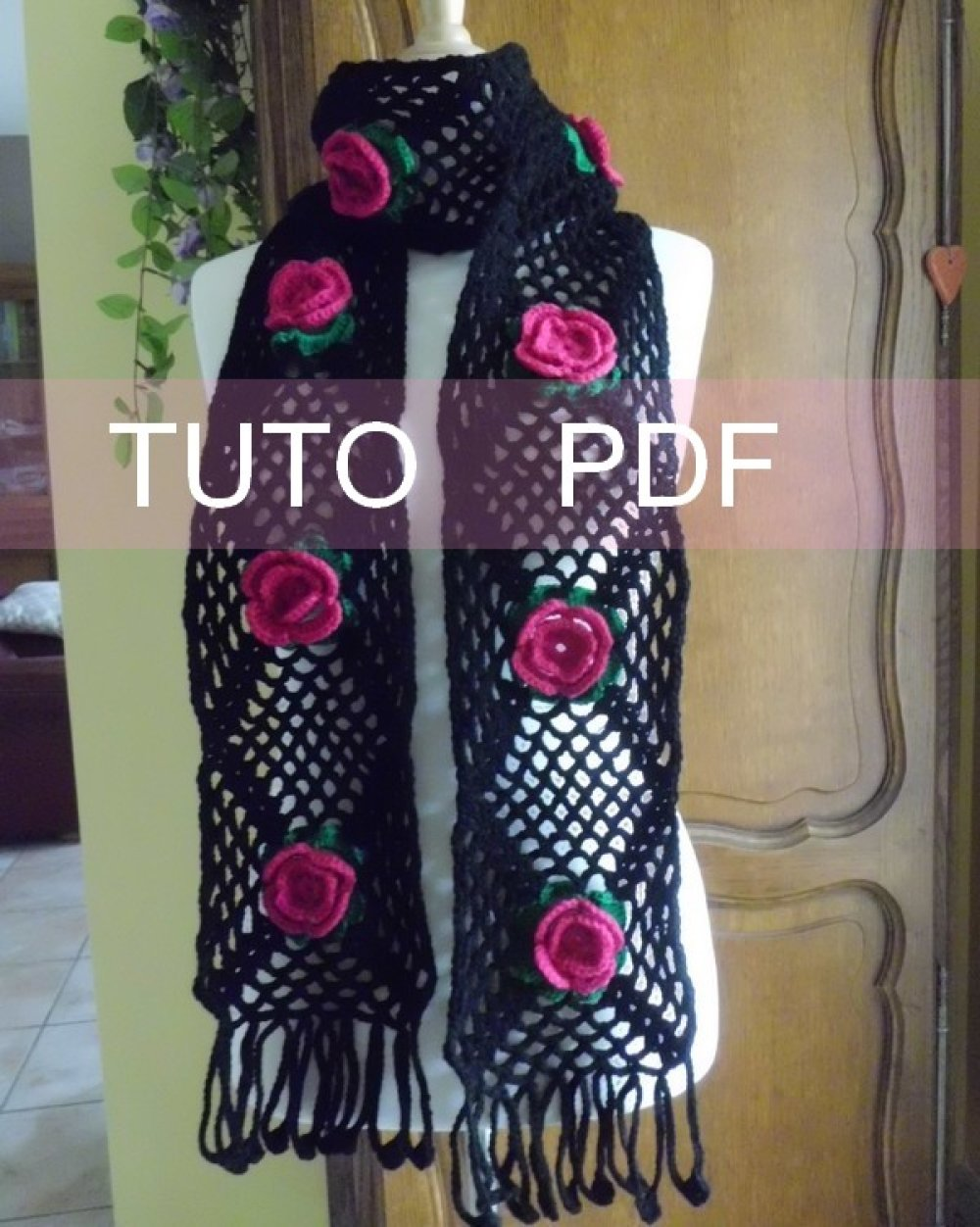 Echarpe noire ornée de jolies fleurs roses PDF CROCHET Tuto en Français !