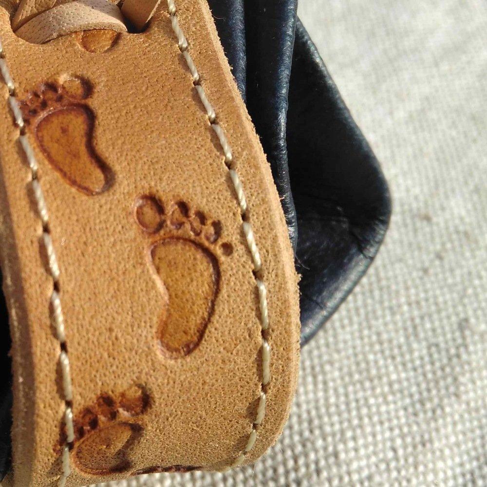 Bourse en cuir bleu marine motif traces de pas sur le sable