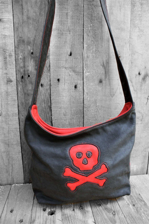Sac à main, sac en bandoulière, sac hobo en cuir écologique. motif tête de mort, noir et rouge