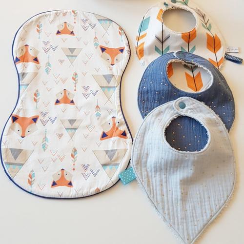 Coffret naissance garçon: lot de 3 bavoirs bandanas en gaze de coton 0- 6 mois + protège épaule assorti motifs renard et tipis