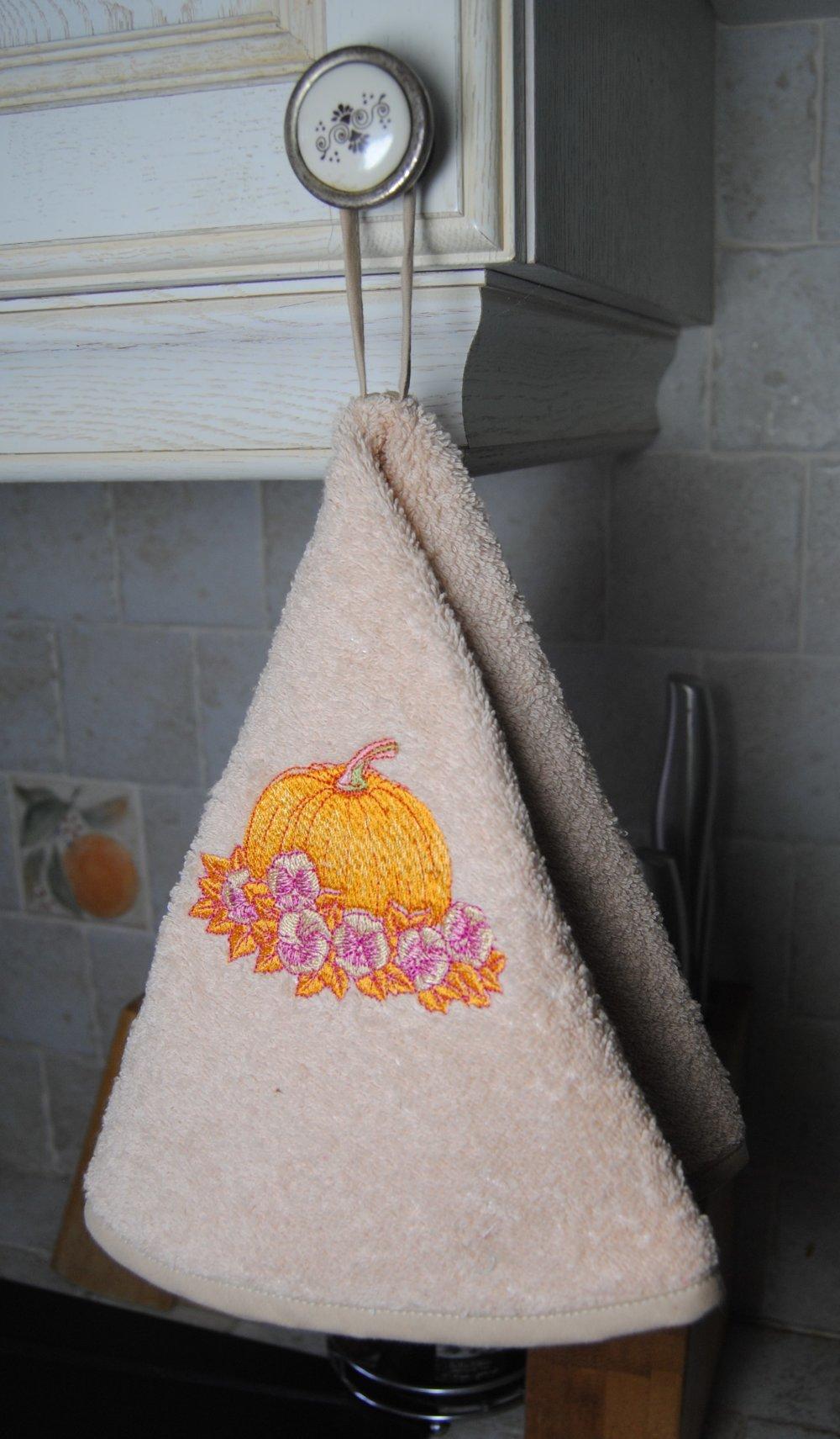 Essuie mains rond de cuisine couleur marron clair motif « Potimarron et fleurs »
