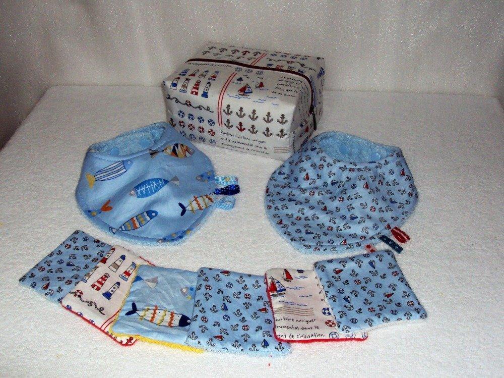 Coffret naissance avec bavoirs bandana, trousse de toilette et lingettes lavables, sur le thème de la mer, couleurs assorties