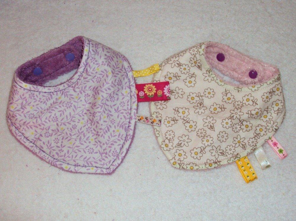 Coffret naissance avec bavoirs bandana, trousse de toilette et lingettes lavables, couleurs assorties