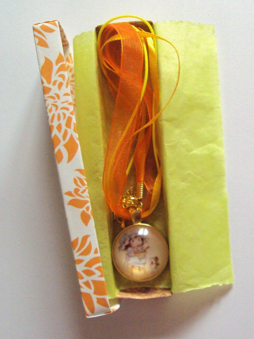 Collier, ras de cou avec pendentif en verre cabochon dôme, petite fille rétro
