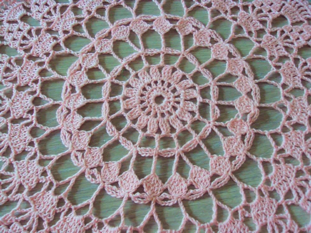 Napperon rond, rose, motifs éventails, fait main au crochet, diamètre 30 cm