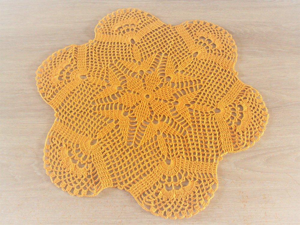 Napperon rond, couleur pain d'épice, fait main au crochet, diamètre 40 cm
