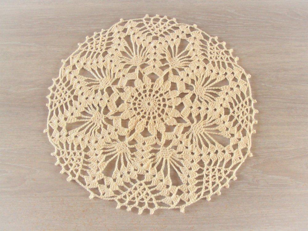 Napperon rond, couleur beige, fait main au crochet, diamètre 30 cm