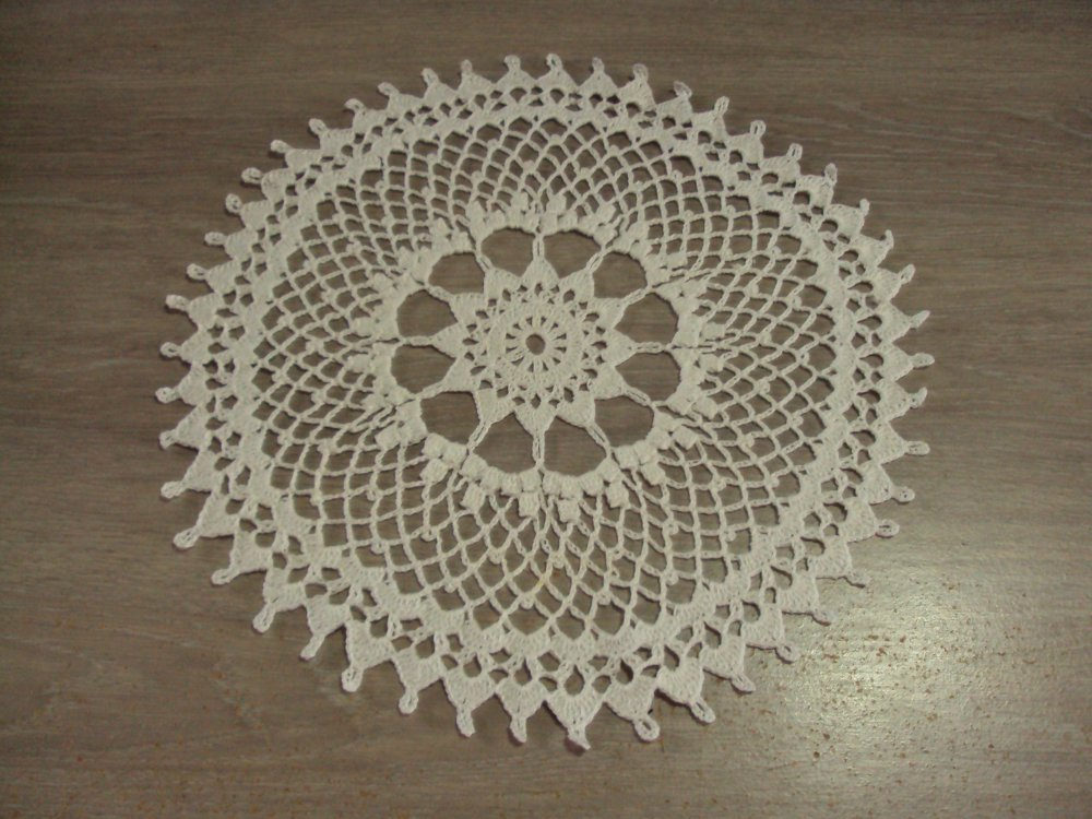 Napperon rond, blanc, fait main au crochet, diamètre 30 cm