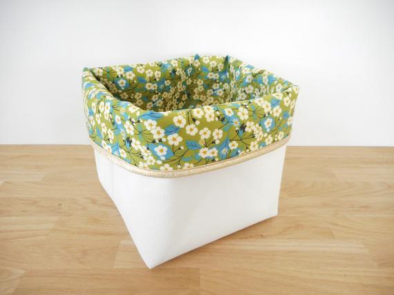 Grand panier de rangement en simili cuir blanc et tissu Liberty Mitsi (fleurs) vert - biais doré