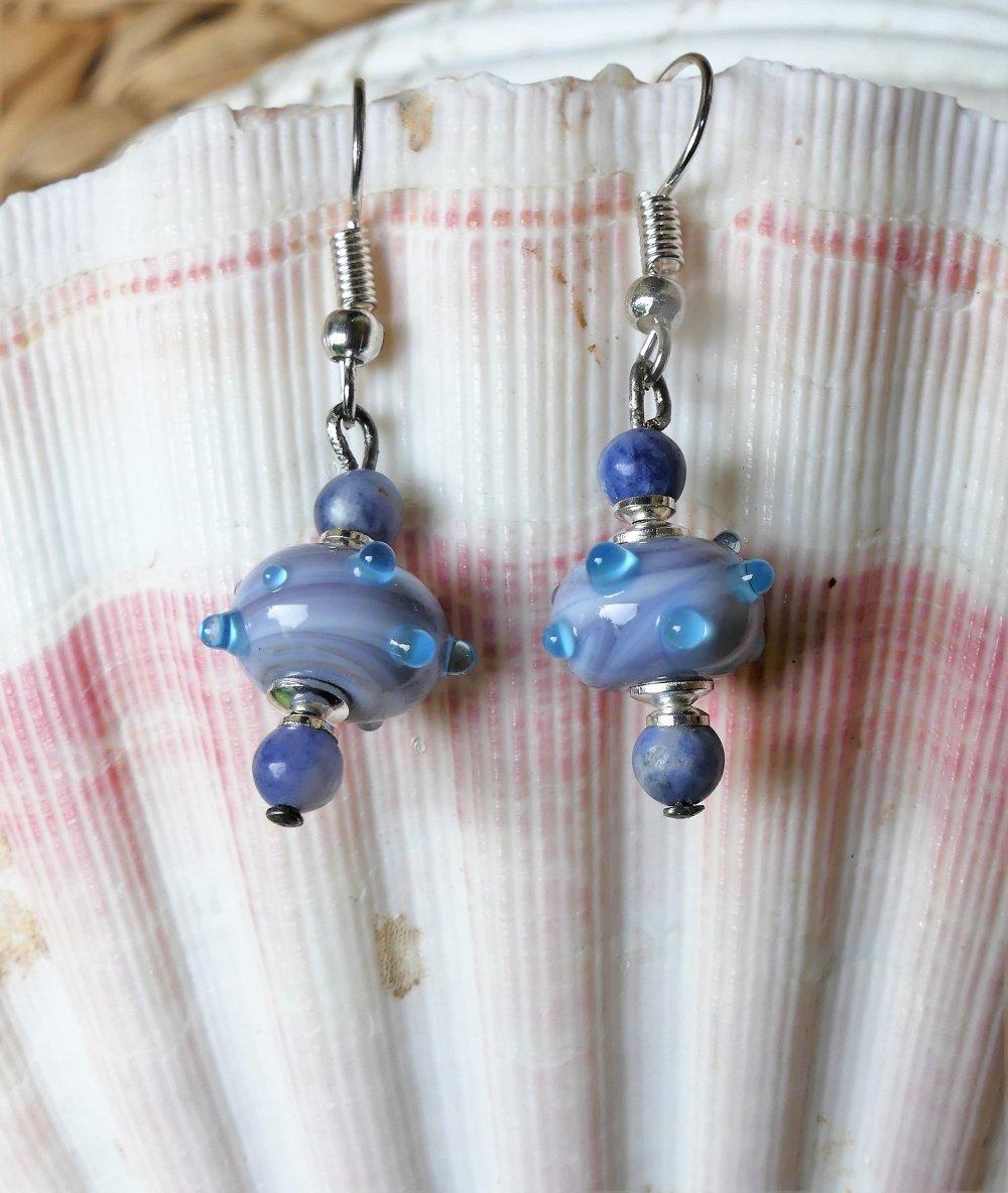 Boucles d'oreilles en verre filé bleu-gris ponctué de turquoise avec des sodalites