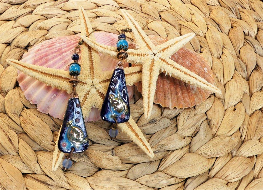 Boucles d'oreilles en émail sur cuivre avec des perles de jade et de lapis-lazulib