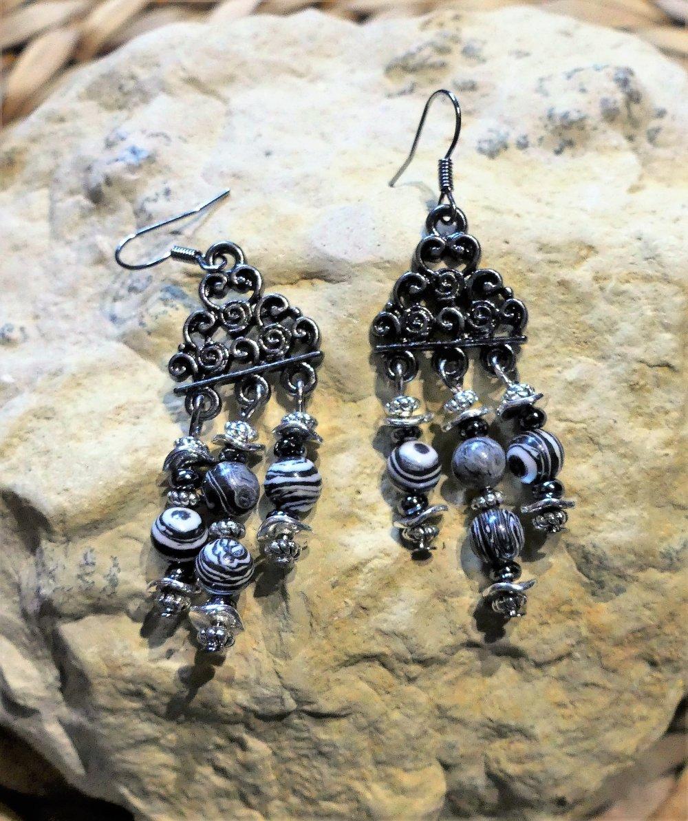 Boucles d'oreilles chandelier en malachite noire et blanche et perles d'hématites