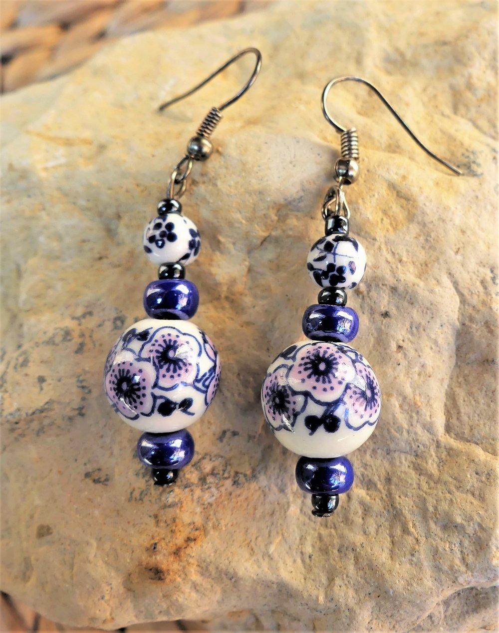 Boucles d'oreilles en céramique et porcelaine marine et blanche avec une touche de rose