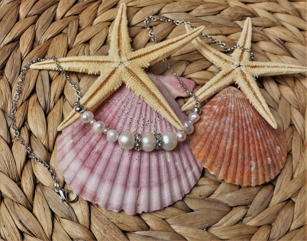 Collier ras du cou en perles d'eau douce et anneaux de strass