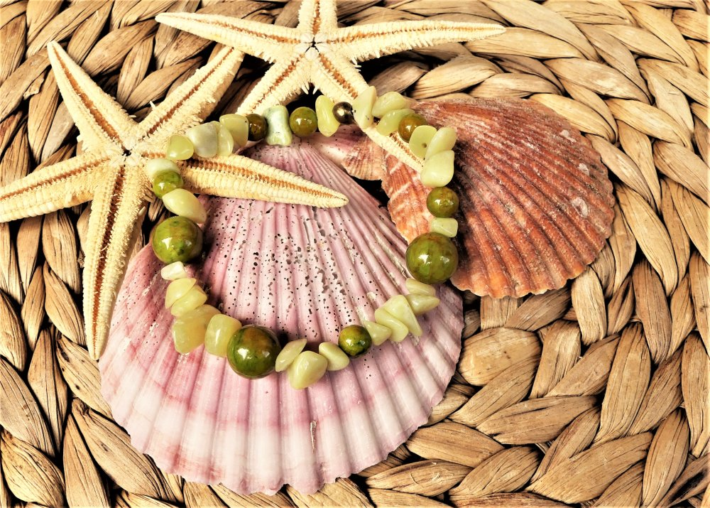 Bracelet élastique en agate vert mousse et chips de péridot