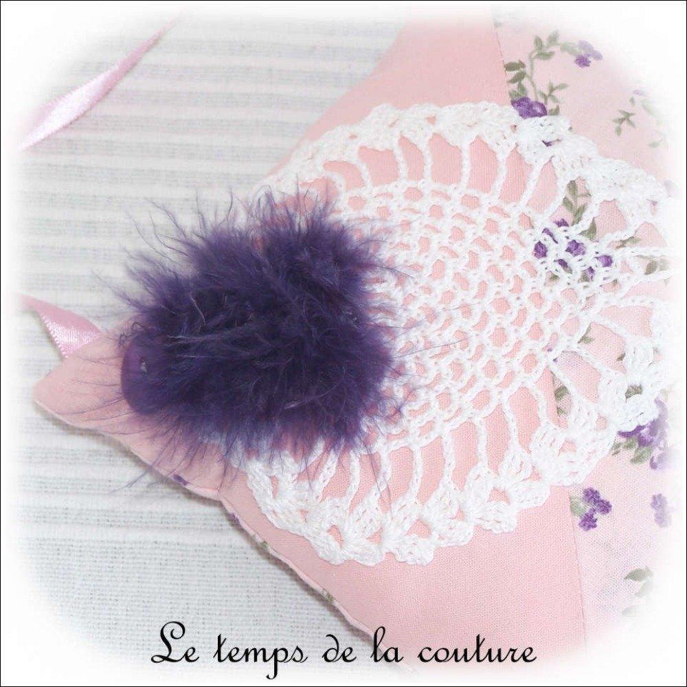Coussin de porte - blanc, rose et violet - avec motif de crochet et plume - Fait main.